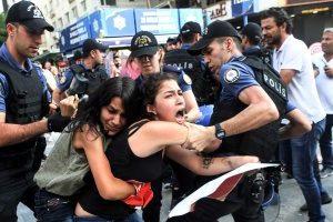 صور.. شرطة أردوغان تسحل الفتيات وسط أنقرة لتفريق مظاهرات سلمية
