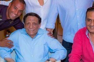 عادل إمام يجلس على ترابيزته الخاصة في حفل زفاف نجله محمد إمام