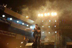 جمهور نادي الشمس يطلب من تامر حسني أن يبدأ بأغنية عيش بشوقك