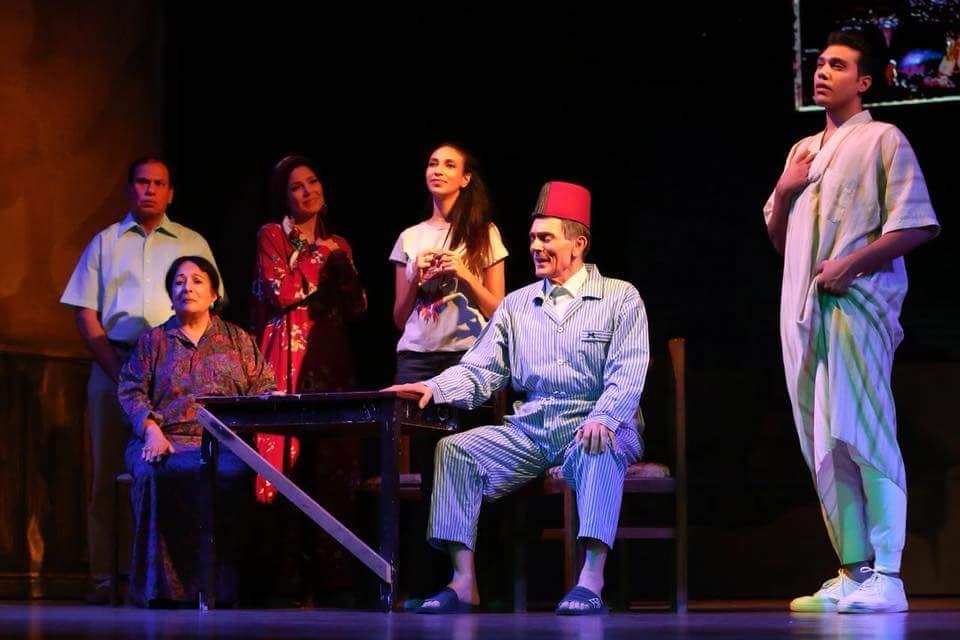 ظهور فريق عمل مسرحية خيبتنا بالزي الرسمي لـ العرض في البروفة