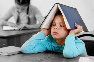 كتابة الواجب مع طفلك يؤثر على العلاقة بينكما ويجعله انسان فاشل