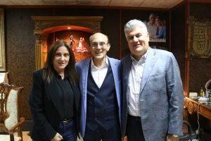 نجل الزعيم الراحل جمال عبدالناصر يستمتع بـ مسرحية خيبتنا مع زوجته
