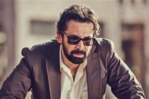 كريم عبد العزيز يبكي من شدة الضحك بعد انتشار خبر وفاته