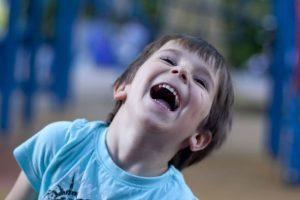 تعرف على تأثير الضحك المتواصل على أبنائك