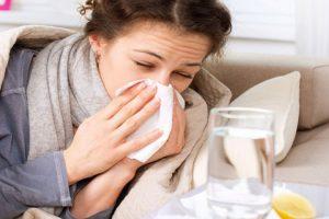 أعراض توضح الفرق بين الإصابة بالإنفلونزا والإصابة بالبرد.. تعرف عليها