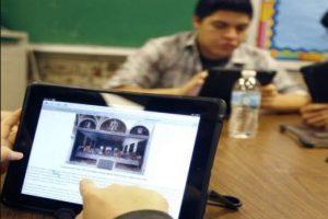 طلاب ثانية ثانوي يؤدون امتحاني الفلسفة والأحياء إلكترونياً