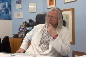 الطبيب الفرنسي يفجر مفاجأة كبرى.. وباء كورونا سينتهي ولا وجود لموجة ثانية